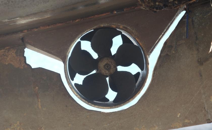 Das Bugstrahlruder ist unter dem Bug montiert. Hier aufgenommen als das Boot ausserhalb der Wassers war. Es sieht aus wie eine Metallblume.