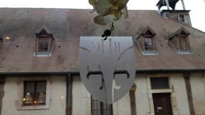 Blick durch die Fenster mit Hotel-Logo