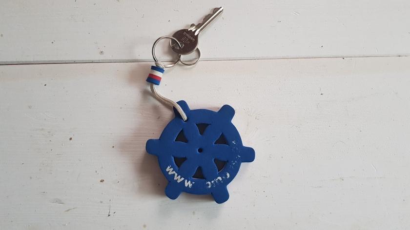 unser Schlüsselanhänger, blau und in Form eines typischen Schiff-Steuerrads, Durchmesser etwa 7 cm