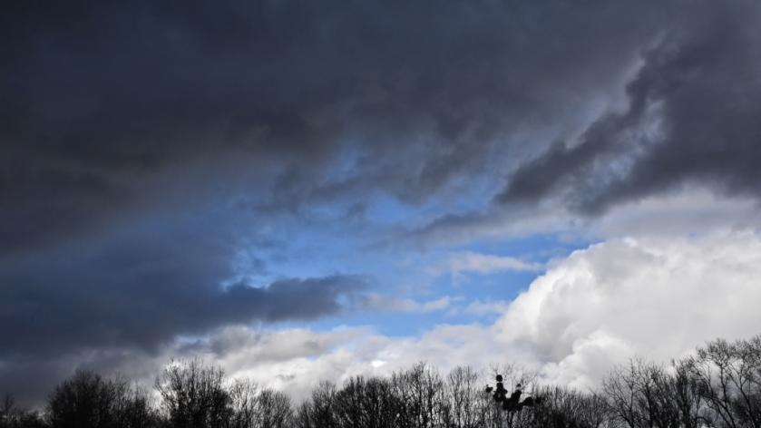 Schwarze Wolken im Kampf mit weissen Wolken, dazwischen strahlend blau