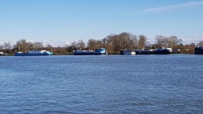 viele grosse Schiffe am gegen¨ber liegenden Ufer