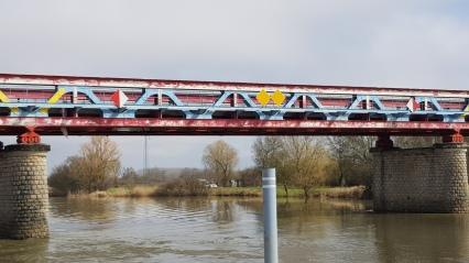 Brücke, wie von Kindern angemalt