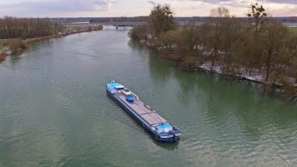 Ein kommerzielles Transportschiff kommt Richtung Schleuse