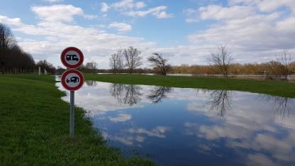 So oder so kein Zugang hier. Der überschwemmte Uferweg mit Verbotstafeln: keine Camper, keine Wohnwagen