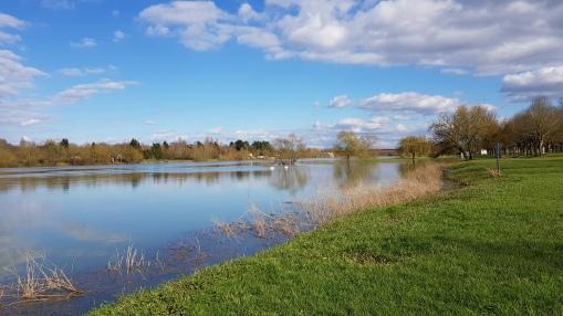 Der Fluss überschwemmt die flachen Ufer