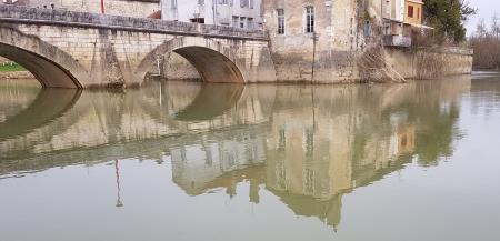 Spiegelung der alten Brücke im Wasser des Doubs