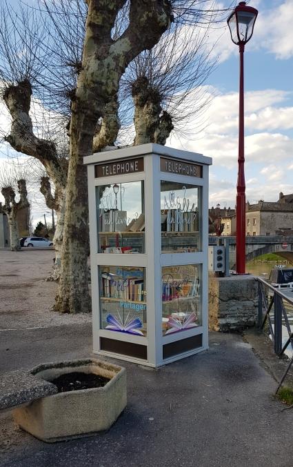 Die zur Bibliothek umfunktionierte Telefonzelle beim Hafen