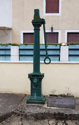 Überbleibsel alter Zeit: Brunnen mit Handpumpe II