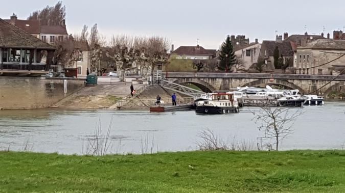 Der Hafen von der anderen Flussseite aus