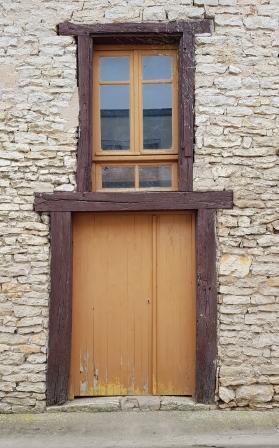 Altes Gemäuer mit seltsamen Fenster