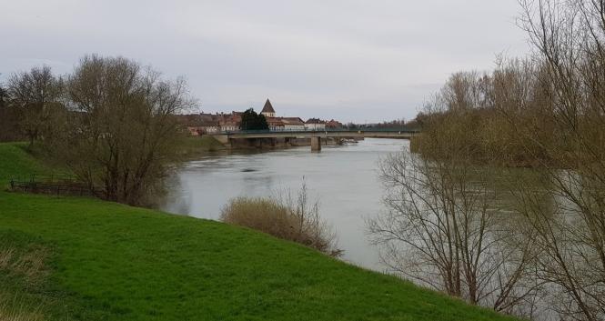Der Doubs mit Verdun im Hintergrund