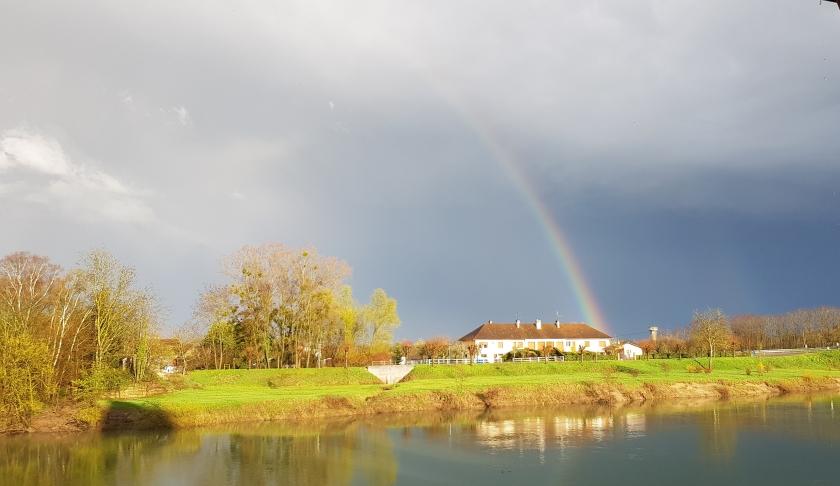 Nach einem heftigen Gewitter scheint die Sonne wieder und zauber einen Regenbogen
