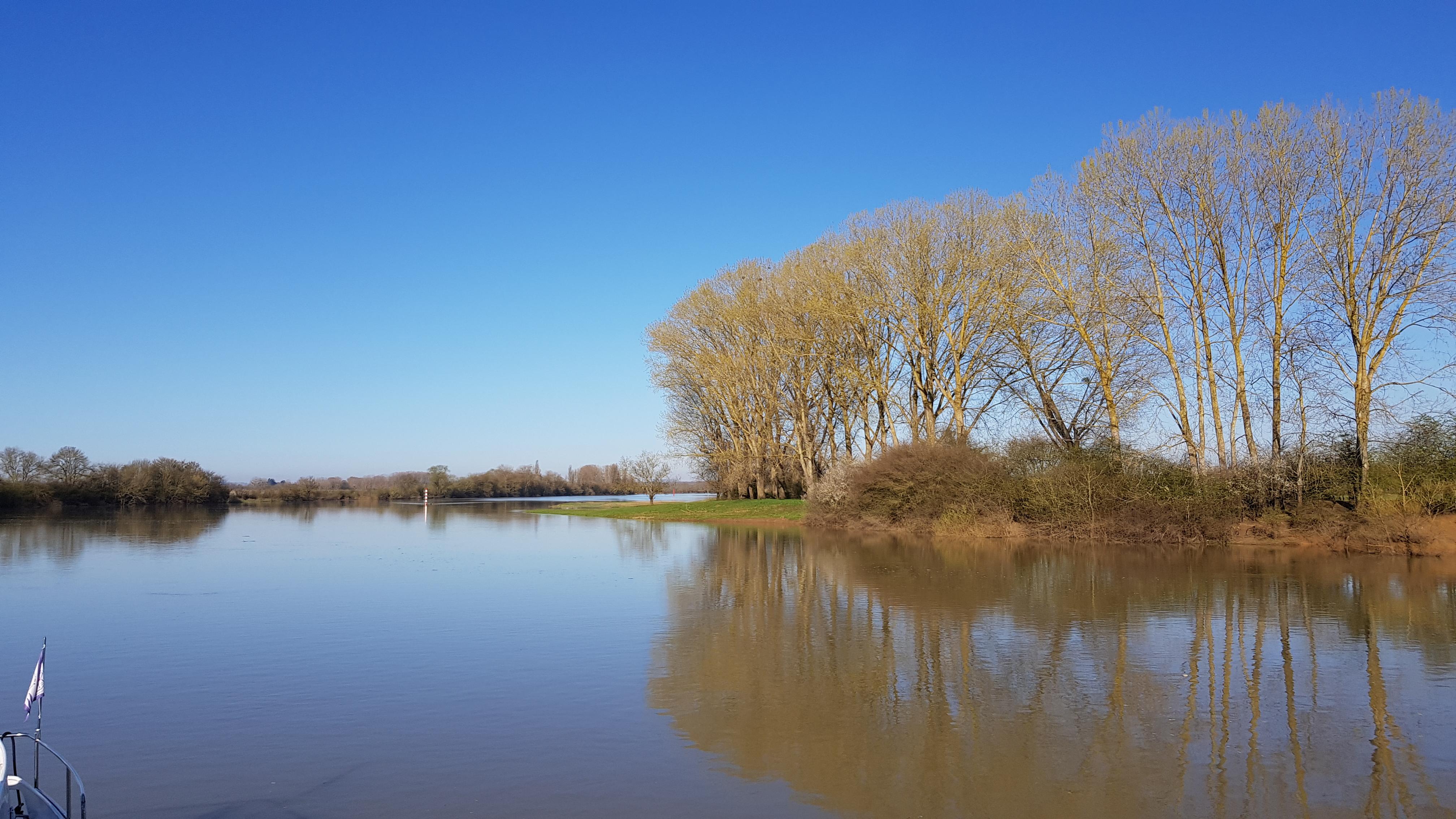 Die Saône und ihre überschwemmten Ufer. Oberhalb von Chalon noch spiegelglatter Fluss und dünn besiedelt