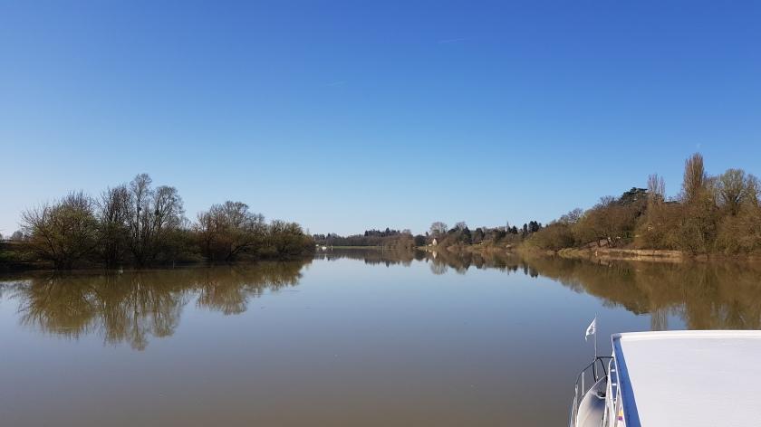 Ab und zu kommt doch ein Dörfchen langsam ins Blickfeld, sonst sind wir allein mit der Natur: Fluss, Ufer, blauer Himmel