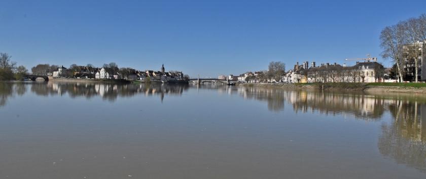 Einfahrt in Chalon. In der Mitte der spiegelglatte Fluss, rechts der grössere Teil der Stadt und links die charmante Île St-Laurent
