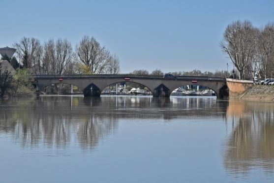 Der Hafen von Chalon hinter dem Pont de la Genise