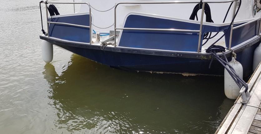 Pech...er ist unter dem Boot verschwunden