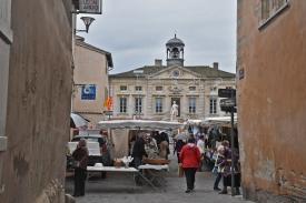 Auf dem Platz vor dem Rathaus, in den Gassen, überall Marktstände