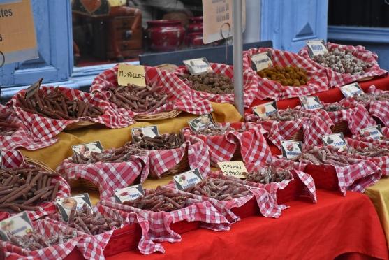 Appetitlich in Schalen präsentiert: winzige Trockenwürste verschieden gewürzt, da ist etwas für jeden Geschmack