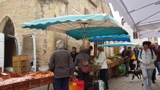 Marktstände vor einer alten Kirchenmauer