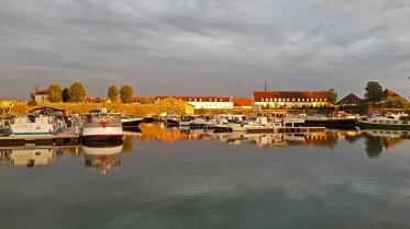 Sonnenbeschienener Hafen mit leuchtenden Gebäuden im Hintergrund. Gestern Abend in Auxonne. Nochmals einen der wunderbaren Abendstimmungen