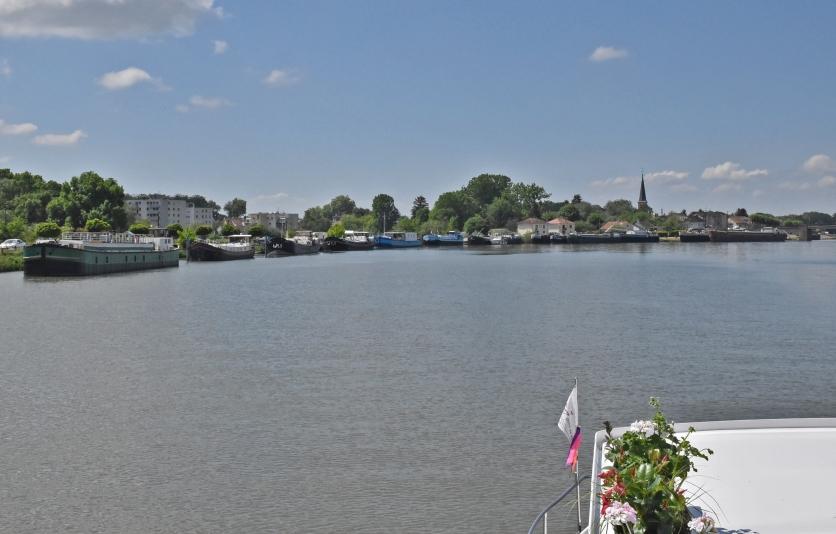 St-Jean-de-Losne ist ein Zentrum der Binnenschifffahrt. Hier ist es voller Boote, von ganz gross bis ganz klein