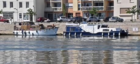 In St-Jean-de-Losne angelegt. Das hintere Boot ist ein komplettes Holzboot, sehr hübsch und liebevoll gepflegt. Es ist wohl an die 80 Jahre älter als unseres!