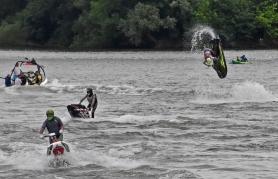 Akrobatik mit Jet Skis