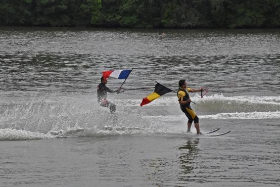 Wasserski mit Fahnenträgern - die deutsche Fahne symbolisiert die Partnerstadt von Seurre: Bodenheim