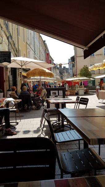 Blick von der Terrasse eines Cafés auf das Markttreiben