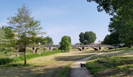 Die hübsche Verbindungsbrücke von einem Stadtteil auf die Stadtinsel. Die ovalen Löcher sollen bei Hochwasser den Druck auf die Brücke mindern
