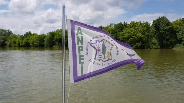 Die Flagge der ANPEI, eine Vereinigung für Freizeit-Bootsfahrer