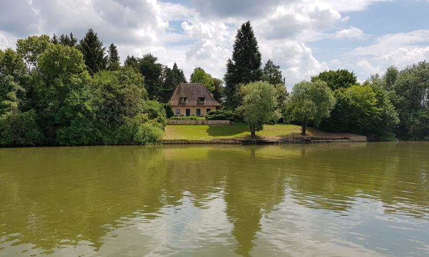 Eine Villa am Wasser inmitten tollem Baumbestand - so möchte man wohnen!