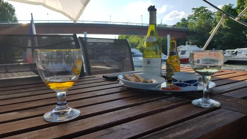 Am Vorabend der Abfahrt ein gemütlicher Apéritif zu zweit mit Weisswein und belgischem Bier