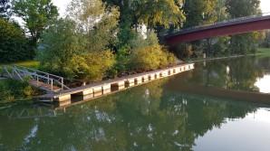 Die metallenen Schwimmkörper des Gästestegs werden duch die Abendsonne vergoldet