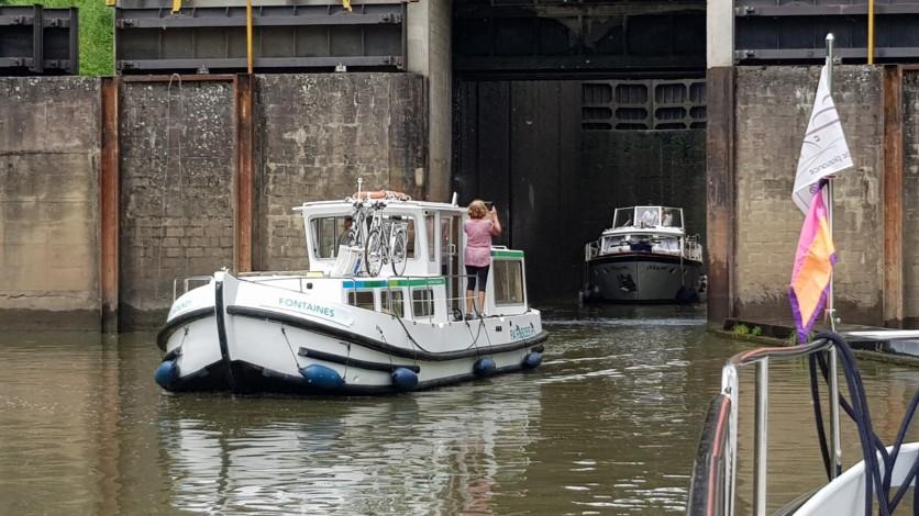 Hinter der Penichette kommt noch ein zweites Boot aus der Schleuse