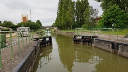 Die Tore öffnen sich, wir sind im Canal du Centre. Man sieht eine gerade Kanalstrecken, die wohl letzte Gerade für einige Zeit