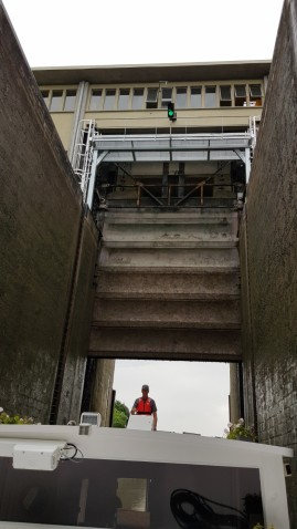 Sicht vom Schleusenraum hinauf auf das Schleusenhaus und das riesige Vertikaltor