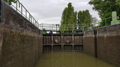 Da fehlen nur noch 2-3 Meter bis der Wasserspiegel in der Schleuse mit dem Kanal eins sein wird. Wir sehen schon die Umgebung der Schleuse