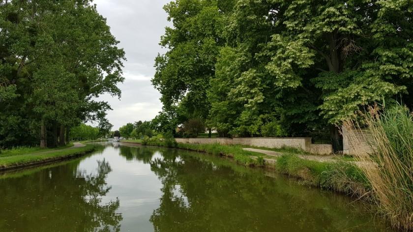 Wir nähern uns Fragnes, die ersten Boote kommen in Sicht. Noch säumen grosse Bäume den Kanal