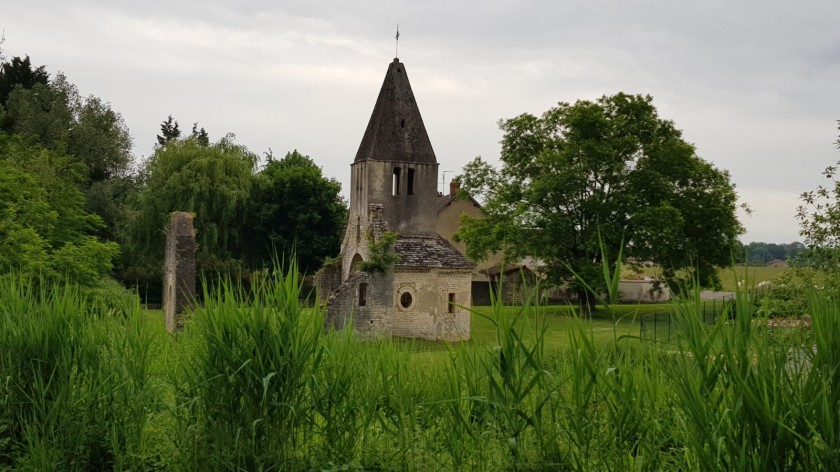 Kirchenruine am Kanal. Das Turmdach ist aus Steinplatten gebaut und hält noch!
