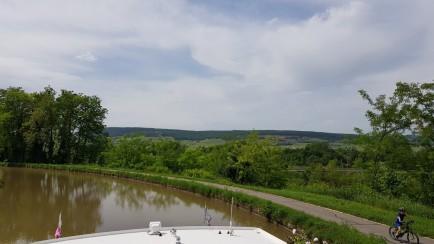 Vom Boot aus blicken wir über Bäume ins Tal!