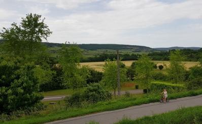 Sicht in auf Felder und Reben. Der Knirps rechts im Vordergrund war mächtig stolz uns auf seinem kleinen Fahrrad überholen zu können