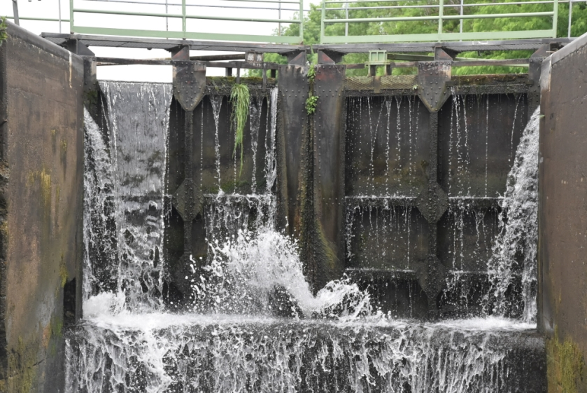 Blick Richtung Schleusentor, wo das Wasser von allen Seiten rein spritzt