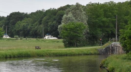 2 Boote nähern sich oberhalb der Schleuse. Unsere Ampel zeigt rot, die Boote oberhalb der Schleuse kommen vor uns dran