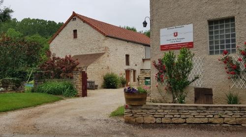 Weinbauernhof mit altem, typischem Mauerwerk: Leider keine Wein-Degustation möglich, wir sind zu früh