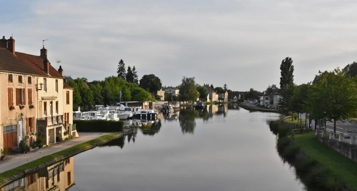 Anlegestelle von St-Léger-sur-Dheune. Blick von der Dorfbrücke auf den absolut stillen Kanal