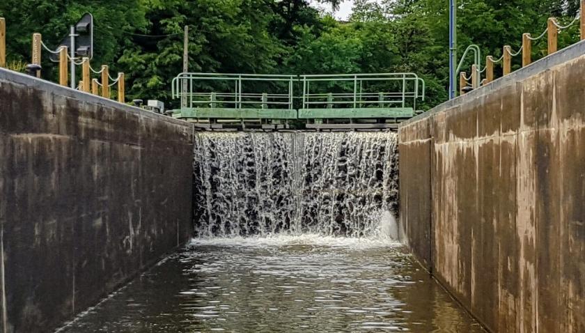 kaum in der Schleuse läuft das Wasser schon wasserfallartig ûber die Tore rein