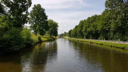 Trotz der Nähe zur Strasse ist es dem baumbestandenen Kanal entlang friedliche und ruhig