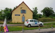 Schleuse mit dem VNF-Auto, des Mitarbeiters der Voies Navigables de France, der uns die Schleusen bereitgemacht hatte